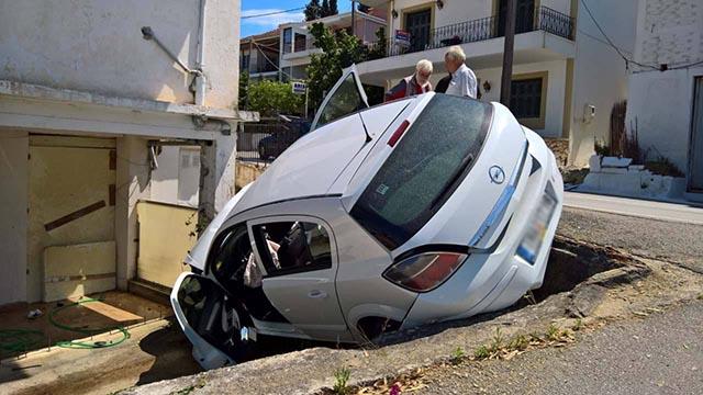 Αυτοκίνητο καρφώθηκε σε σπίτι στη Λυγιά Λευκάδας (φωτο)