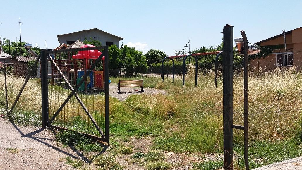 Σε άθλια κατάσταση η παιδική χαρά στα Καλύβια