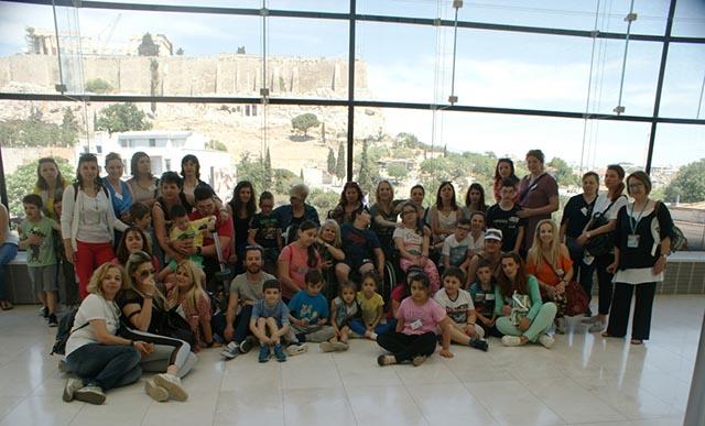 Οι «Μικροί Ροβινσώνες», οι συνοδοί και θεραπευτές τους μετά την επίσκεψη τους στο Μουσείο της Ακρόπολης.