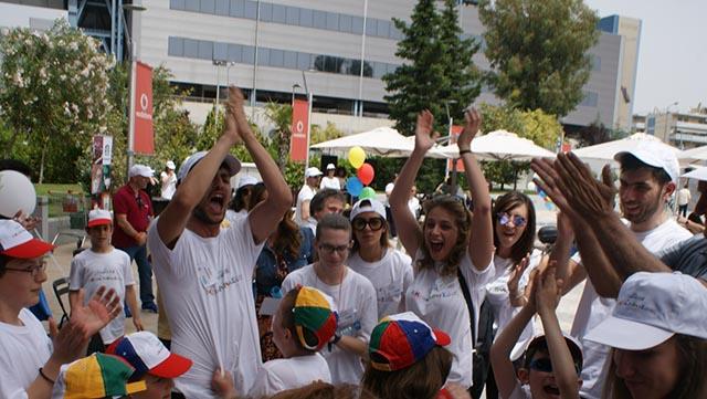 Στιγμές παιχνιδιού και χαράς με πρωταγωνιστές τους «Μικρούς Ροβινσώνες». Τα παιδιά εμψυχώνουν οι: Μάντη Περσάκη, γυμνάστρια, Ευγενία Παναγοπούλου, ηθοποιός, Αγγελική Καραπατάκηαργυρή Ολυμπιονίκης και ο Τάσος Περόγλου από το NGradio.gr.