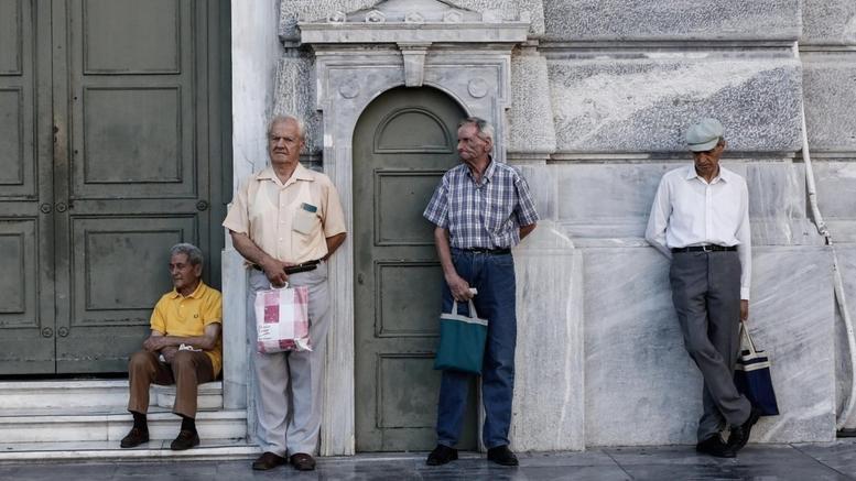 Έναν μισθό χάνουν οι χαμηλόμισθοι, δύο συντάξεις οι συνταξιούχοι