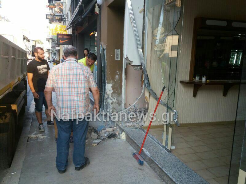 Ναύπακτος: Αυτοκίνητο καρφώθηκε  σε δύο καταστήματα