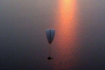 Πετροχώρι: Εντυπωσιακή επίδειξη με εφεδρικό αλεξίπτωτο πάνω από τη λίμνη Τριχωνίδα (φωτο)