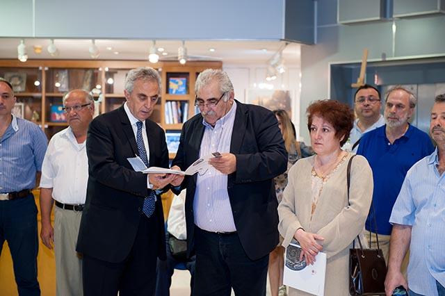 Ο κ. Χρήστος Μοσχανδρέου την ώρα που παραδίδει έκδοση της Πινακοθήκης στον βουλευτή του ΣΥΡΙΖΑ της Λάρισας, Νίκο Παπαδόπουλο.