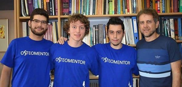 Ο Θεόφιλος Σπύρου (αριστερά) με τα υπόλοιπα μέλη της OsteoMentor