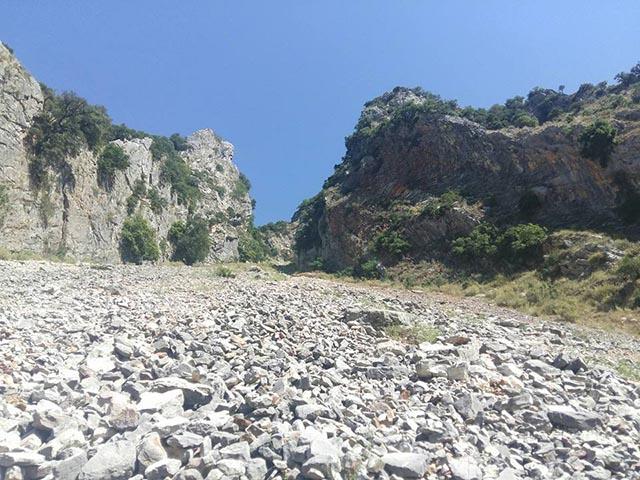 """Το """"ποτάμι"""" του χαλιά στα βράχια της Χούνης - εντυπωσιακή κακοτοπιά"""