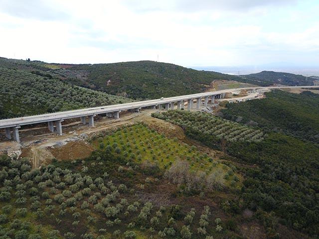 Στο συγκεκριμένο τμήμα που θα παραδοθεί την Τετάρτη περιλαμβάνεται και η μεγαλύτερη γέφυρα της Ιόνιας Οδού, αυτή του Μενιδίου, συνολικού μήκους 532 μέτρων και μέγιστου ύψους 33 μέτρων.