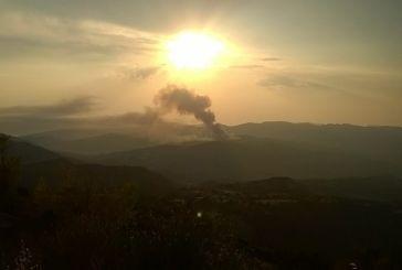 Μαίνεται η φωτιά κοντά στα Αμπέλια Παρακαμπυλίων