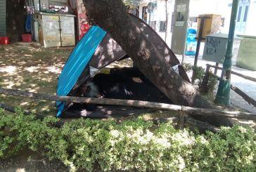 Σκηνή με άστεγο κληρικό στο κέντρο του Αγρινίου