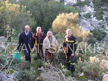 Ο αρχαιολόγος σπηλαιολόγος Γιάννης Ζαβιτσανάκης  μαζί με τους άνδρες της Πυροσβεστικής...  Διαβάστε όλο το άρθρο: http://www.mixanitouxronou.gr/anazitousan-gia-21-xronia-ton-anthropo-tous-pou-xathike-mystiriodos-sta-voskotopia-tis-voreias-aitoloakarnanias-pos-entopise-ton-skeleto-tou-enas-spilaiologos-mesa-se-anekserevnito-varathro/