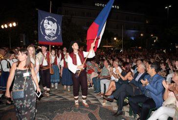 Η παρέλαση των χορευτών από το Πάρκο έως την πλατεία- Κοσμοσυρροή στο κέντρο του Αγρινίου