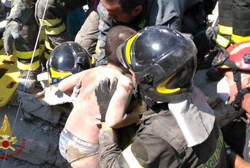 «Θαύμα» στην Ισκια της Ιταλίας: Ζωντανά έβγαλαν τα παιδιά από τα ερείπια οι πυροσβέστες