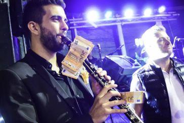 Παραγγελιά στον Βελισσάρη: Κρέμασαν 1.000 ευρώ σε κλαρίνο για να ακουστεί τραγούδι που ήθελαν