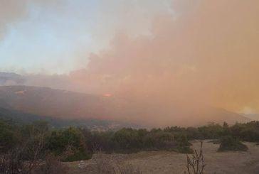 Δύσκολη νύχτα: μαίνεται και κατευθύνεται προς κατοικημένες περιοχές η φωτιά στον Ταξιάρχη Θέρμου (φωτο)