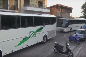 Ναύπακτος: 19 λεωφορεία συνόδευσαν τον γαμπρό στην εκκλησία (video)