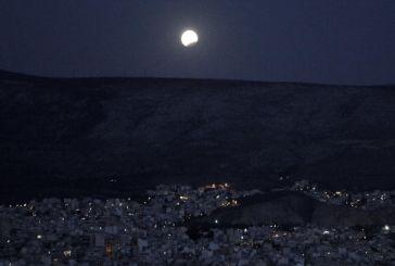 Η αυγουστιάτικη πανσέληνος πάνω από την Αθήνα