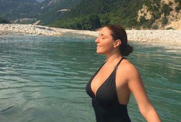 H χυμώδης Έλενα Παπαρίζου αναδύεται μέσα από τα νερά του Αχελώου (video)