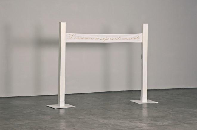 L'ennemi à la supériorité écrasante (Ο αντίπαλος με τη συνθλιπτική υπεροχή), 2008 μεικτή τεχνική & ηχητική εγκατάσταση • mixed media & sound installation • 170 x 200 cm photo: Caroline May
