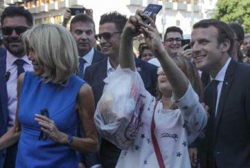 Εκπληξη από τους Μακρόν -Βόλτα σε Σύνταγμα-Ερμού, selfies και φιλιά με τον κόσμο
