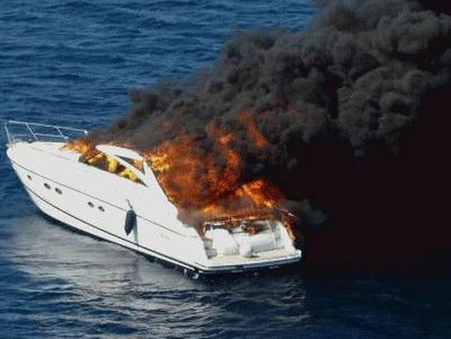 Γνωστού γιατρού από την Αμφιλοχία η θαλαμηγός που κάηκε στη Μύκονο-έπεσε στη θάλασσα για να σωθεί