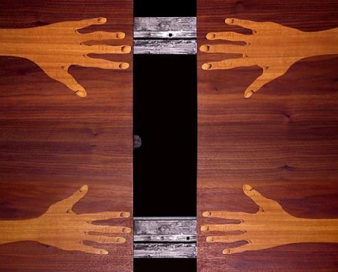 Μάρω Μιχαλακάκου, In Between (Ανάμεσα), 2017 μαρκετερί σε τραπέζι, 110 x 75 εκ, ©Φάνης Βλασταράς, Ρεβέκκα Κωνσταντοπούλου