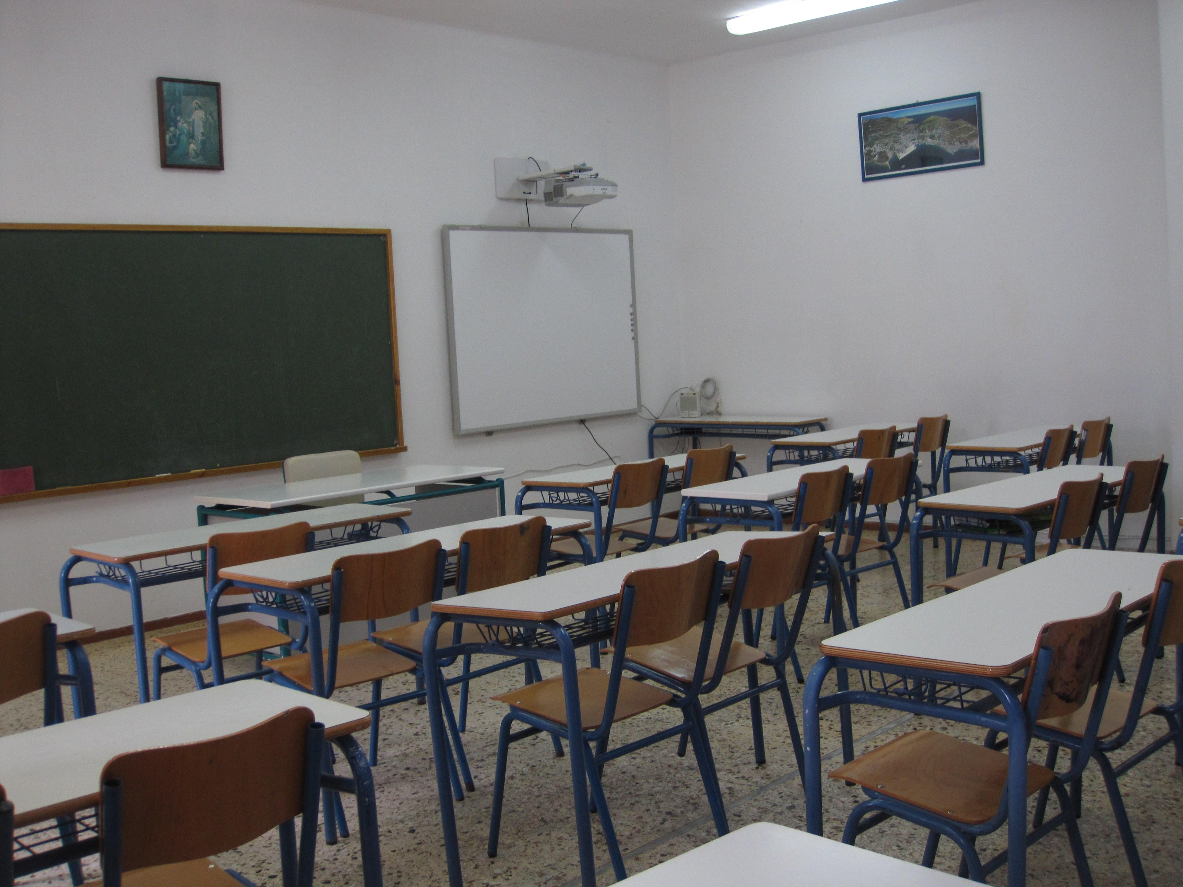 """Διπλό """"χτύπημα"""" με ναφθαλίνη σε σχολεία  του Αγρινίου σήμερα"""
