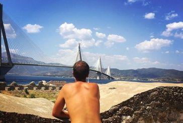 Οι δύο Βέλγοι που ταξιδεύουν τον κόσμο γυμνοί έκαναν… στάση και στη Γέφυρα Ρίου- Αντιρρίου