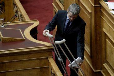 Με πατερίτσες στη Βουλή ο Κώστας Καραγκούνης