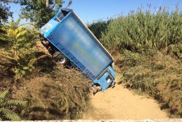 Σφοδρή σύγκρουση Ι.Χ. με φορτηγό στην Εθνική Οδό κοντά στο Αγρίνιο (video)