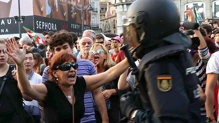 Χάος στο δημοψήφισμα – 844 οι τραυματίες, σύμφωνα με την καταλανική κυβέρνηση