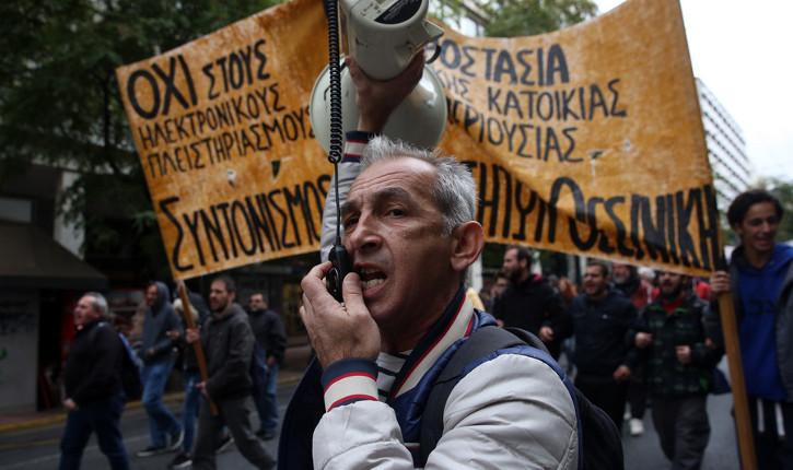 Συλλογικότητες ενάντια στους πλειστηριασμούς, ηλεκτρονικούς και συμβατικούς, διαδηλώνουν στο κέντρο της Αθήνας εναντιωμένοι στους πλειστηριασμούς κατοικιών και επιχειρήσεων λαϊκών οικογενειών, Αθήνα Σάββατο 4 Νοεμβρίου 2017. ΑΠΕ-ΜΠΕ/ΑΠΕ-ΜΠΕ/ΟΡΕΣΤΗΣ ΠΑΝΑΓΙΩΤΟΥ