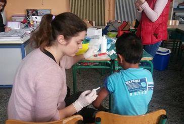 Εμβολιασμοί κατά της ιλαράς σε μαθητές Ρομά στο Δημοτικό Σχολείο Καλυβίων
