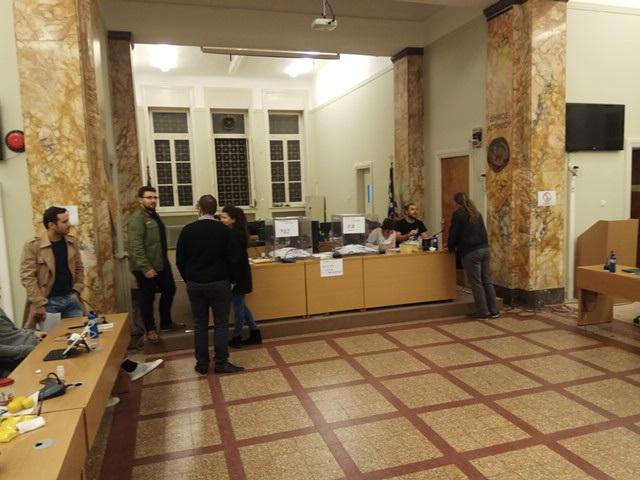 H φωτό στο εκλογικό κέντρο στην αίθουσα του δημοτικού συμβουλίου Αγρινίου