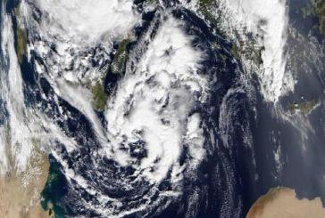 """Σε εξέλιξη η δημιουργία του κυκλώνα «Ζήνων"""" – Πότε θα «επισκεφθεί» τη Δυτική Ελλάδα – Δορυφορική εικόνα από τη NASA"""