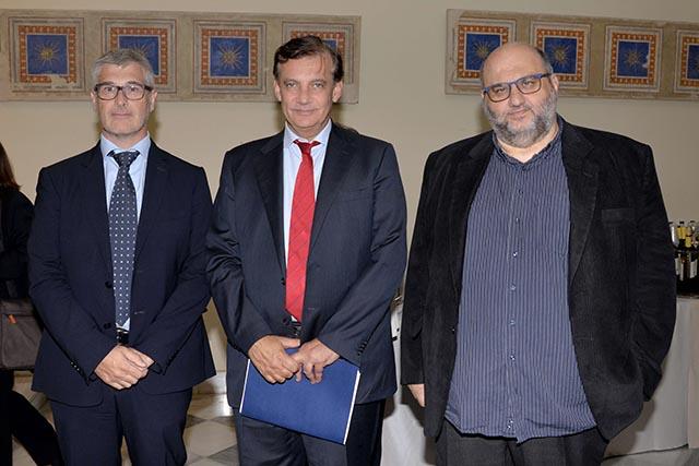 (από αριστερά): Edoardo Voletti, Πρόεδρος και Διευθύνων Σύμβουλος της JT International Hellas, Καθηγητής Μελέτιος-Αθανάσιος Κ. Δημόπουλος, Πρύτανης του Εθνικού και Καποδιστριακού Πανεπιστημίου Αθηνών, Επίκουρος Καθηγητής Ευάγγελος Καραμανωλάκης, Πρόεδρος του Ιστορικού Αρχείου του Ε.Κ.Π.Α.