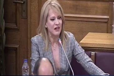 Η τολμηρή εμφάνιση της Τζάκρη στη Βουλή (video)