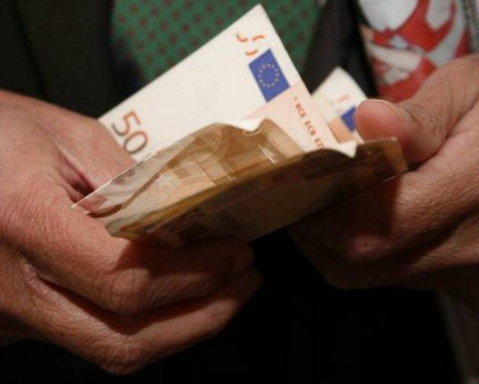 Σε… στρώματα και μπαούλα έχουν ακόμη 32 δισ. ευρώ οι Έλληνες