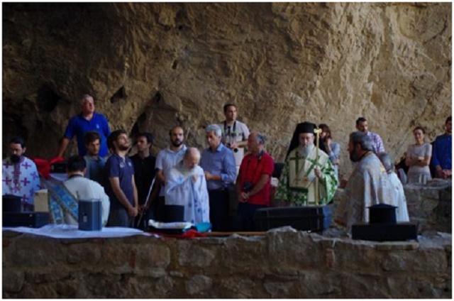 Ο Σος κ.κ. Ιερόθεος, οι Ιερείς                                                                                                                             και η χορωδία των Ιεροψαλτών,                                                                                                     στο Σπήλαιο του Αγίου Νικολάου στη Βαράσοβα