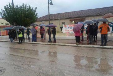 Υπό καταρρακτώδη βροχή η συγκέντρωση ενάντια στην συγχώνευση των Δημοτικών Σχολείων Βόνιτσας