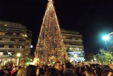 Μήπως έπρεπε να ανάψει κανονικά το χριστουγεννιάτικο δέντρο στο Αγρίνιο;