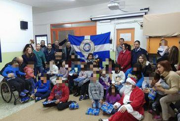 Ο Άγιος Βασίλης πήγε με το περιπολικό στο 1ο Ειδικό Δημοτικό Σχολείο και Νηπιαγωγείο Αγρινίου