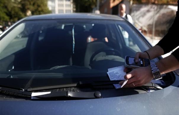 Οι Ελληνες αφήνουν τα αυτοκίνητα όπου βρουν -48.500 κλήσεις για παρκάρισμα σε ράμπες, πλατείες, πεζόδρομους