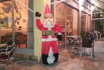 Απο 'δω πάνε για Ιόνια Oδό, δείχνει ένας Αη Βασίλης στα Καλύβια!
