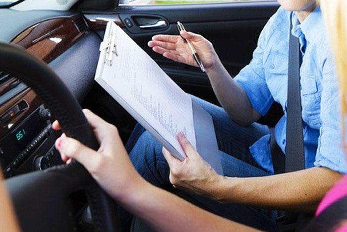 Νέο σύστημα εξετάσεων για τα διπλώματα οδήγησης καθώς και έλεγχο με ηλεκτρονικά μέσα της διαδικασίας που προηγείται στις σχολές με τα μαθήματα των υποψηφίων, έρχεται το επόμενο διάστημα από το υπουργείο Μεταφορών.