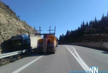 Φορτηγό σφηνώθηκε στις μπάρες στον Περιφερειακό της Ναυπάκτου
