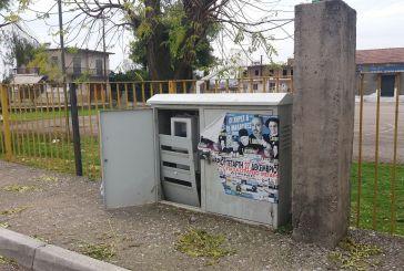 Καλύβια: Ανοιχτό κουβούκλιο με ρεύμα, δίπλα στο Δημοτικό Σχολείο