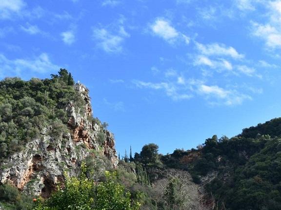 Ο σπηλαιώδης ναός της Αγίας Ελεούσας κρεμασμένος κυριολεκτικά πάνω στο βράχο που κυριαρχεί στο ομώνυμο εντυπωσιακό φαράγγι