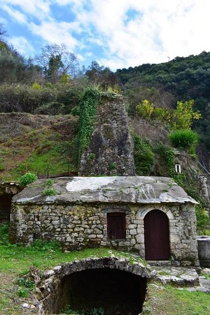Ο παλιός νερόμυλος κάτω από τον βράχο της Αγίας Ελεούσας, ανενεργός σήμερα