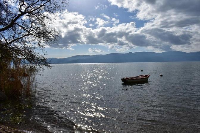 Βάρκα στη λίμνη Τριχωνίδα