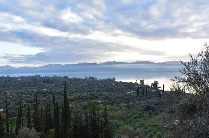 Μερική άποψη του κάμπου της Μυρτιάς και της λίμνης Τριχωνίδας υπό τη χειμωνιάτικη αχλύ λίγο πριν το σούρουπο